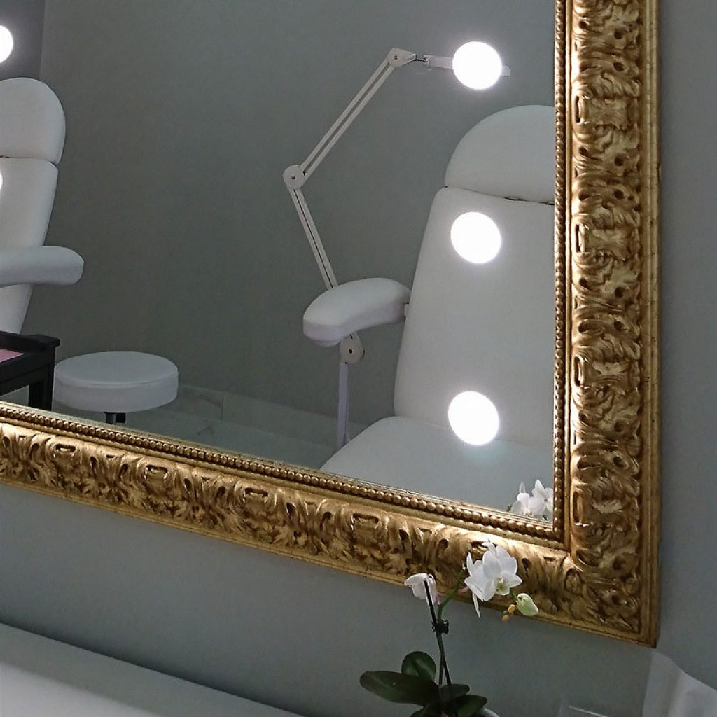 Specchi Con Luci Per Trucco.Specchio Illuminato Con Cornice Oro Per Salone Di Bellezza