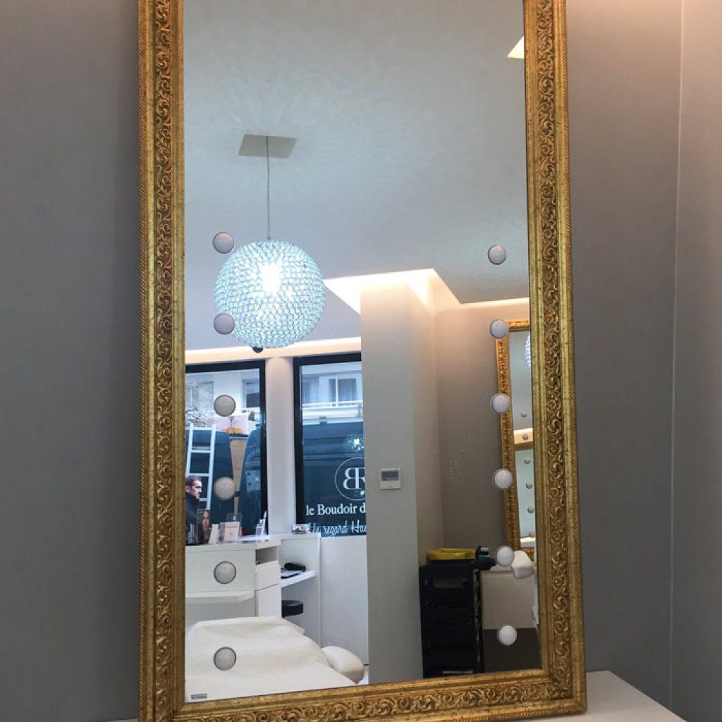 Specchio illuminato con cornice oro per salone di bellezza - Specchio con lampadine ...