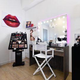 Salone beauty con specchio illuminato Unica linea MH e sedia Cantoni