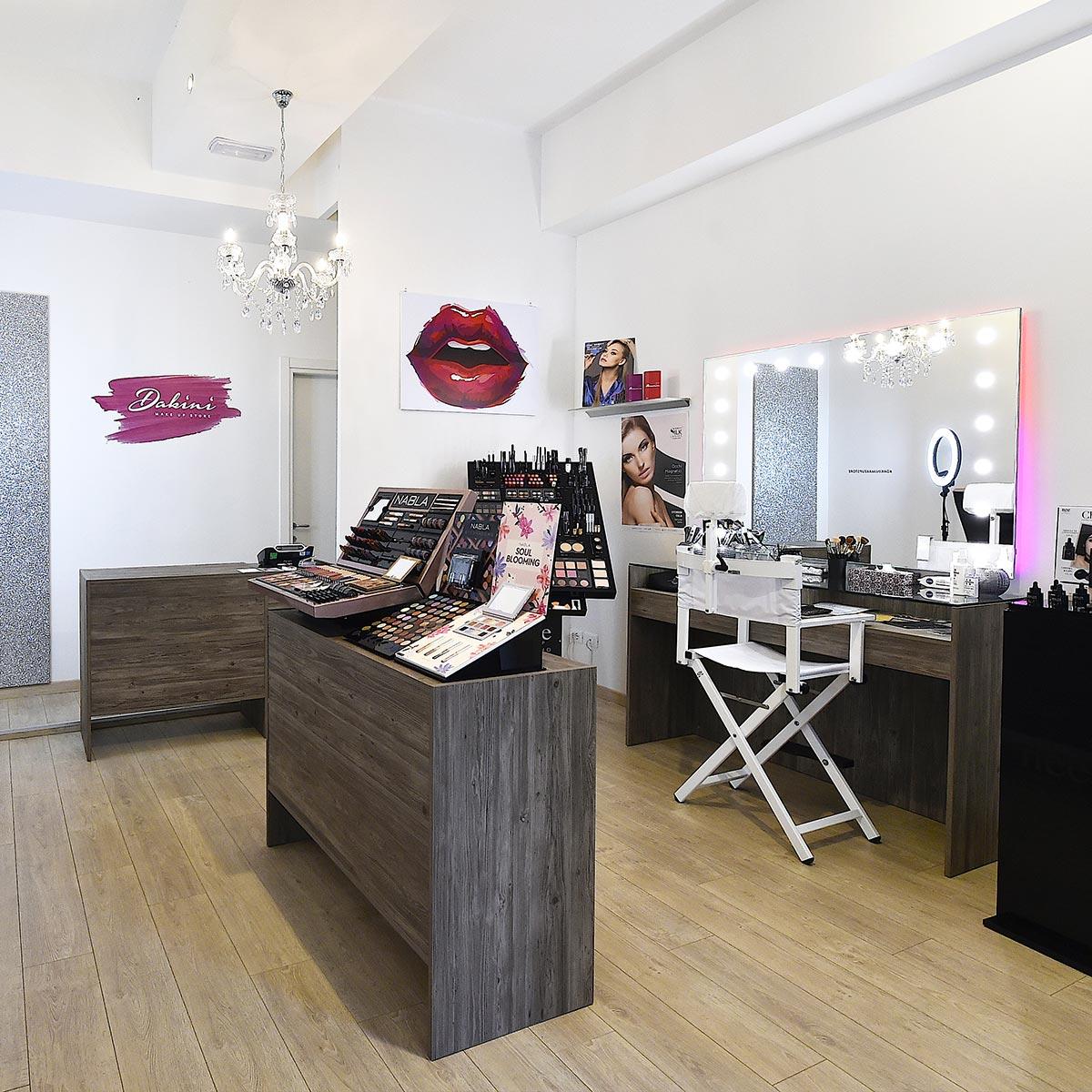 Postazione beauty con specchio illuminato, sedia professionale a Rimini