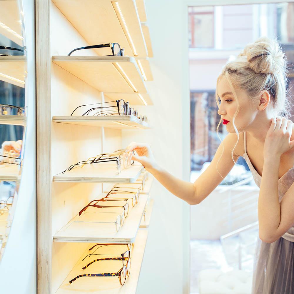 Specchio perfetto per il negozio di occhiali alla moda
